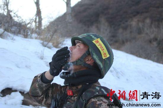 """图为武警西宁支队冬季""""魔鬼周""""极限训练现场"""