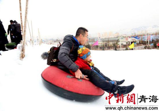 图为民众参与文化节体验活动 李海麒摄