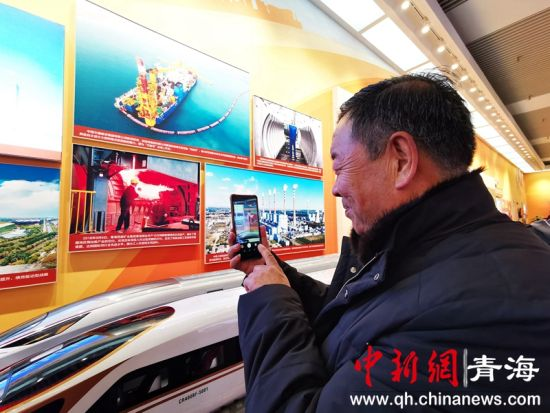 """图为城东区干部群众代表赴京参观""""伟大的变革――庆祝改革开放40周年大型展览""""。城东区委宣传部供图"""