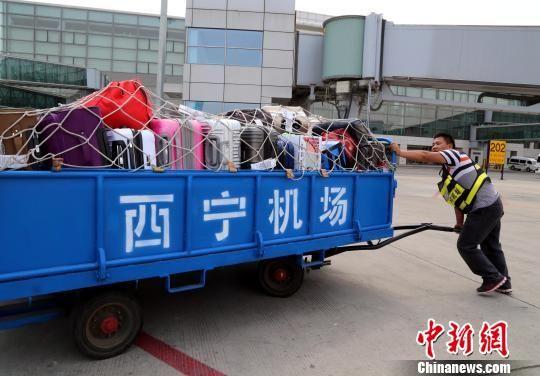 图为西宁机场工作人员正在搬运行李。(资料图) 孙睿 摄