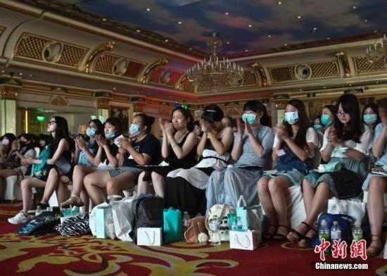 """资料图:王俊凯和王源的粉丝聚集在重庆一家酒店的大厅内,纪念""""凯源""""合唱四周年。(图文无关) 中新社记者 刘关关 摄"""