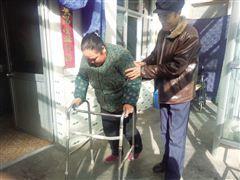 范建保扶着李先金做复健运动。