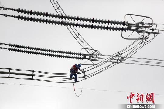 """资料图为""""电力天路""""工程±400千伏柴拉直流系统输变电设备年检现场。 汪大鹏 摄"""