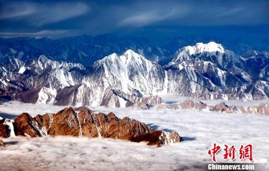 图为三江源山峰。(资料图) 三江源国家公园管理局 摄