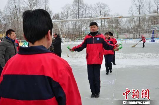 图为湟源申中乡中心学校的初三学生正在进行体育中考全真模拟考试。 鲁丹阳 摄