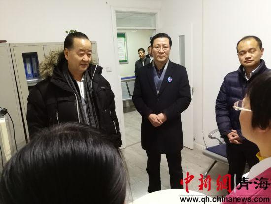 图为相关领导参观城东区东关大街社区卫生服务中心。