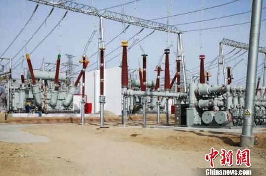 青海省海西州德令哈国家第三批光伏发电应用领跑示范基地29日正式并网发电。 钟欣 摄