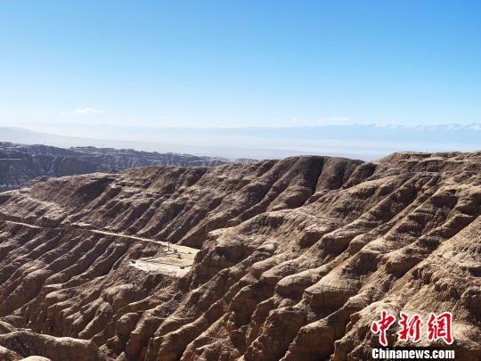 """青海油田所属的中国""""聚宝盆""""――柴达木盆地地处青海省海西州,面积约26.5万平方公里,是中国重要的能源和矿产资源富集区之一。(资料图) 孙睿 摄"""