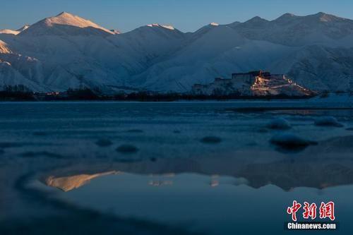 资料图:冬日西藏。何蓬磊 摄