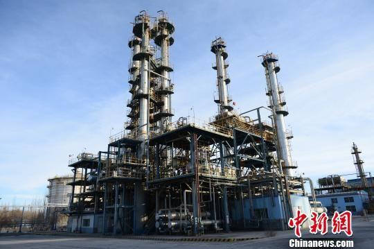 图为格尔木炼油厂内的生产装置。 孙睿 摄