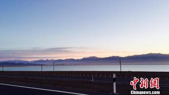 图为小柴旦湖被S20德小高速(青新公路)和G3011高速(敦格公路)以及S314线环绕。 钟欣 摄