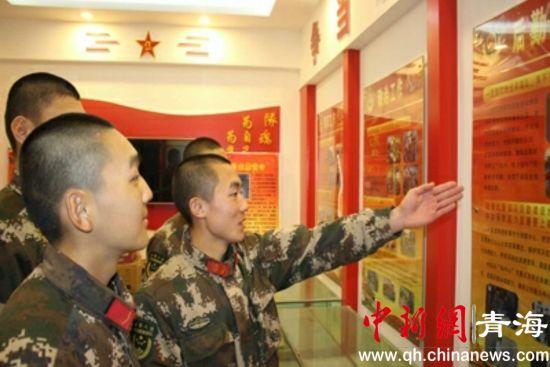 图为武警西宁支队执勤六中队组织下队新兵参观荣誉室。钟欣摄