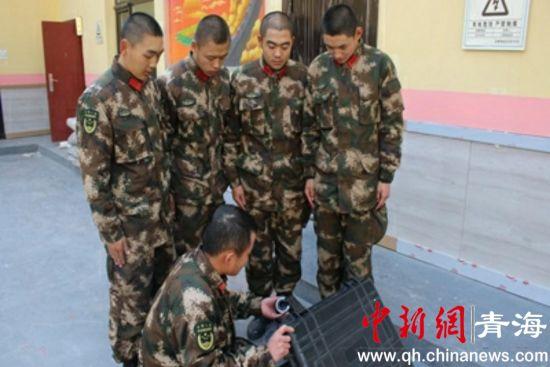 图为武警西宁支队执勤六中队组织下队新兵了解装备器性能。钟欣摄