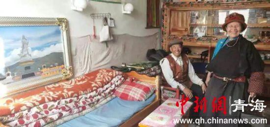 图为治多县为敬老院特困供养老人配送电暖气。