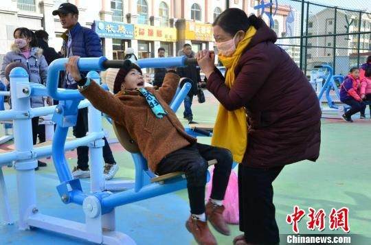 图为市民王文莲和孙子在西宁市全民健身港欧东方花园示范点锻炼身体。 鲁丹阳 摄