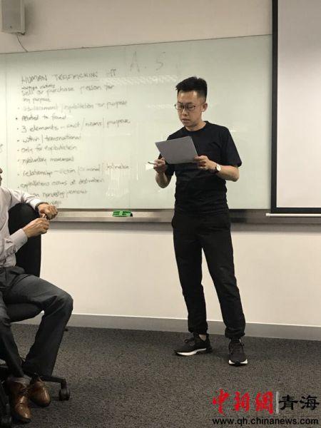 图为青海省公安厅刑警总队民警高伟在第46届亚洲地区执法管理项目上进行专题演讲。Kayla Bragg摄