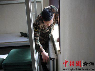 图为武警西宁支队执勤六中队官兵检修设施。钟欣摄