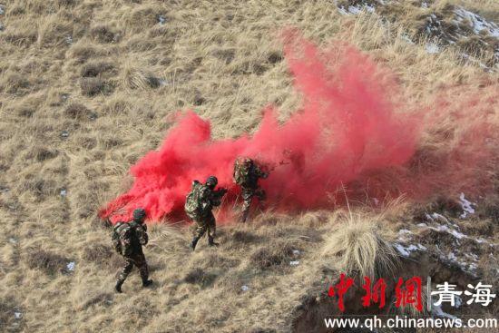 图为武警西宁支队官兵进行实战化军事训练。钟欣摄