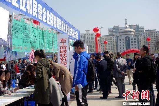 2018年,青海省登记高校毕业生就业率89.3%,其中藏区六州登记高校毕业生达就业率90%,继续保持稳中向好的趋势。 孙睿 摄
