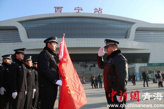 """图为西宁铁警启动""""护航春运当先锋""""主题活动现场。"""