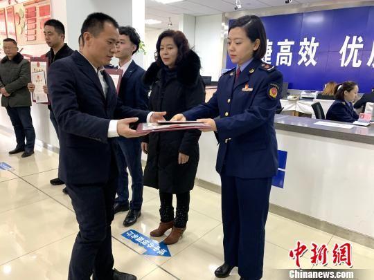 图为青海省向首批电子商务经营者颁发营业执照。 孙睿 摄