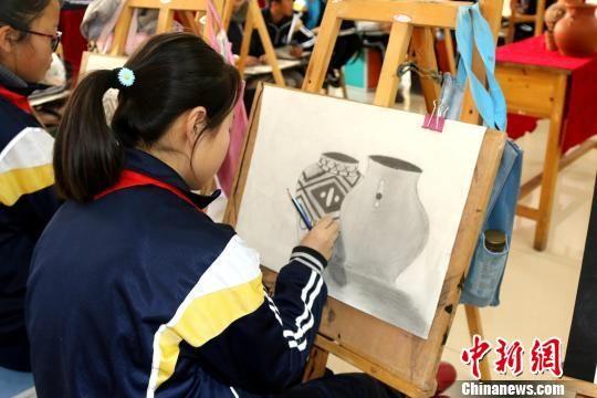 图为小学生正在上美术课。(资料图) 钟欣 摄