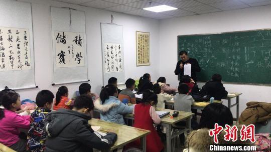 图为学生在培训机构上课。培训机构供图