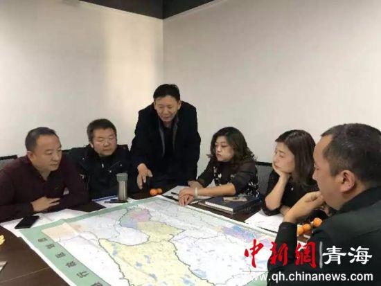 《治多县行政区划图》《可可西里地名图》藏汉版审图审查会议现场。