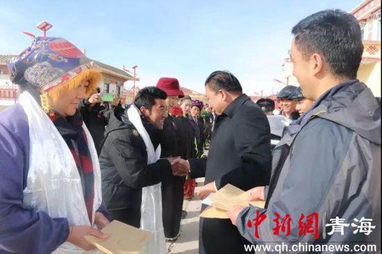 治多县委书记任宝元节前慰问敬老院工作人员。