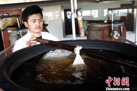 图为青海省藏医院藏浴熬药室。(资料图) 张添福 摄