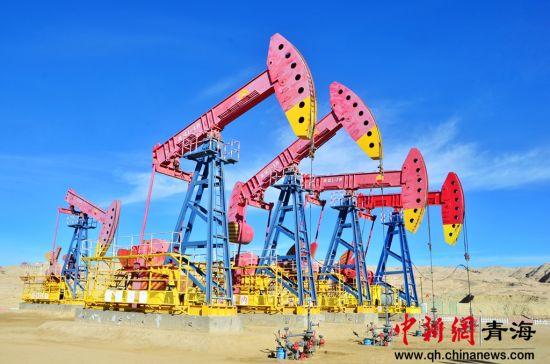 图为位于柴达木盆地的青海油田,每年春节都有大量的石油工人坚守于此,确保油井的平稳运行。鲁丹阳 摄