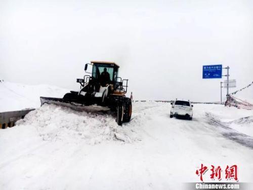 图为青海公路部门抗灾保通。 严玉花 摄