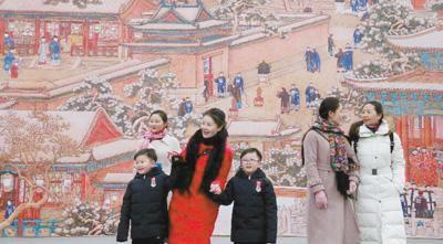 """观众在参观故宫博物院""""贺岁迎祥——紫禁城里过大年""""展览。   姜 东摄"""