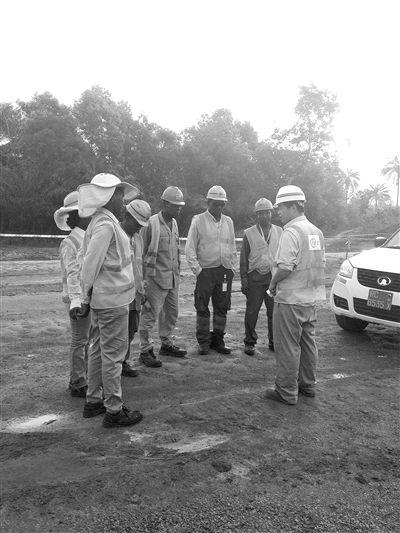 朱宏欣在为项目部的非洲员工交代施工安全事项。
