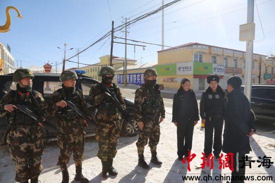 图为玛多县委副书记吴晓明亲切慰问一线执勤民警。 钟欣摄