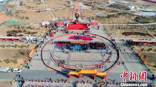 """2月19日,""""最长的鼓队列"""" 吉尼斯世界纪录在青海乐都挑战成功。据了解,""""最长的鼓队列""""由太平锣鼓、腰鼓、定音鼓以及拨浪鼓等2020面各色鼓种串联而成,全长485.75米。 马铭言 摄"""