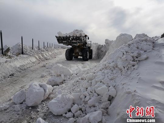 图为雪灾地区正在进行除雪通路。 钟欣 摄