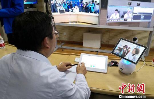 图为总院专家与分院患者视频连线诊疗。 李隽 摄