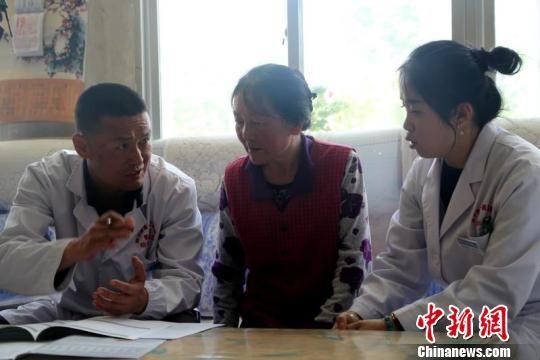 图为西宁市第一医疗集团医生入户宣讲健康知识。 李永科 摄
