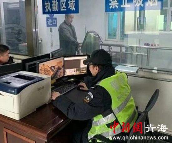 图为在茫崖公安检查站工作的民警们。茫崖公安检查站供图