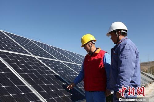 资料图:青海西宁建设的光伏扶贫电站。中新社记者 罗云鹏 摄