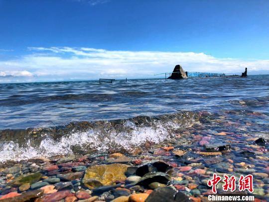 资料图为青海湖。 罗云鹏 摄
