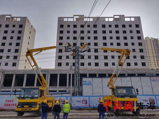 图为青海配电网首次开展不停电线路迁改作业现场。