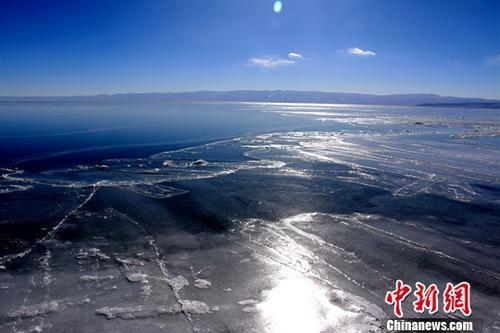 资料图为封冻期的青海湖。中新社记者 孙睿 摄