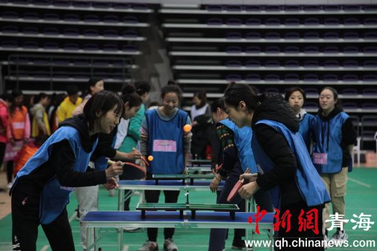 图为迷你乒乓球比赛。李培源摄