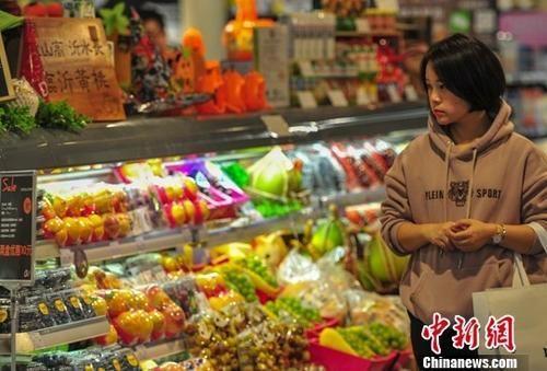 资料图:消费者在超市选购商品。中新社记者 于海洋 摄