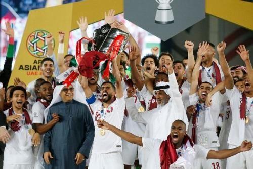 资料图 2月1日,卡塔尔队在颁奖仪式上庆祝夺冠。当日,在阿联酋的阿布扎比举行的2019亚洲杯足球赛决赛中,卡塔尔队以3比1战胜日本队,夺得冠军。新华社记者丁旭摄