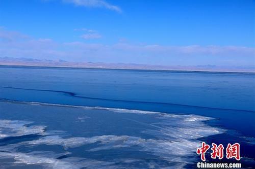 资料图:封冻期的青海湖。中新社记者 孙睿 摄