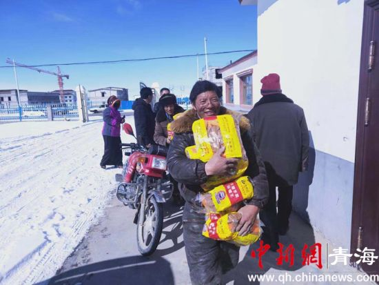 图为受灾群众领取救灾物资。钟欣摄