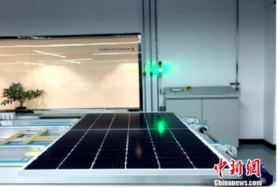 图为青海光伏产业技术创新中心产品组件研发组成功研制出第一块三角焊带拼片组件。黄河公司